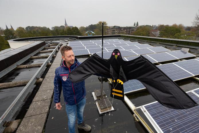 Martin Steen Redeker met de roofvogel-vlieger op dak van het stadhuis in Kampen.