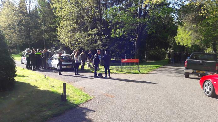 Familie, politie en deskundigen van Defensie gaan vanaf de Elspeterweg in Nunspeet op zoek naar de sinds maandagavond vermiste Ellen Hagenbeek.