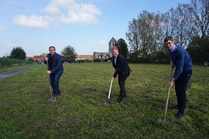 Schepen Gino Dumon, burgemeester Anthony Dumarey en schepen Stijn Jonckheere op de site achter het Romaans kerkje in Ettelgem, waar de volkstuintjes komen.