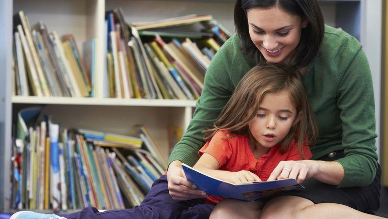 'Je ziet dat in groep 3 tot en met 5 of 6 er veel nadruk op leren lezen ligt. Die aandacht wordt daarna losgelaten.' Beeld thinkstock