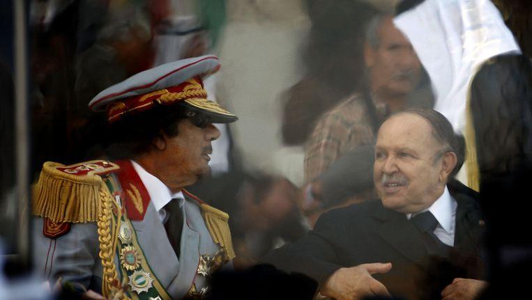 De Libische dictator Muammar Kaddafi (L) en de president van Algerije, Abdelaziz Bouteflika in 2009. Beeld afp