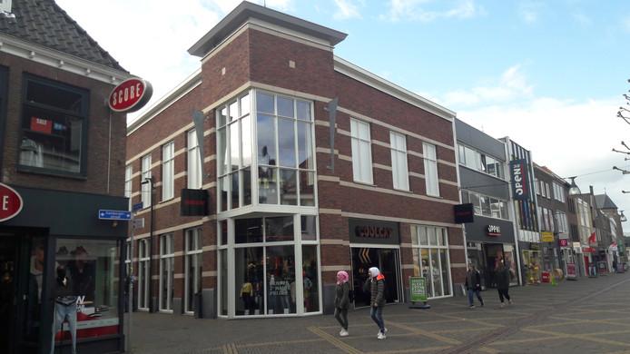 CoolCat zit sinds 2014 in een gloednieuw winkelpand in de Hamburgerstraat waar voorheen banketbakkerij Vinkenborg zat.