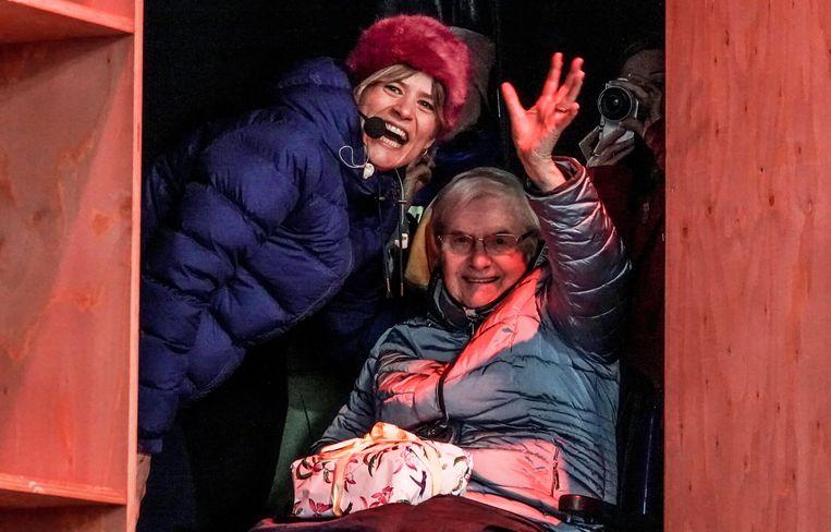 Maria Vanneste ging haar kleindochter Eva De Roo verrassen op de Warmste Week. Ze had ook een geschenkje bij voor het achterkleinkindje dat er binnenkort bijkomt.