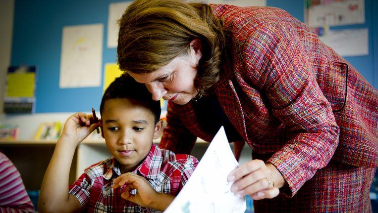 Minister Marja van Bijsterveldt (OCW) brengt vandaag een werkbezoek bij de Emmausschool in Rotterdam. Beeld ANP