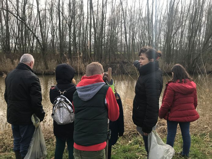 Susan Ghuijs (rechts, zwarte jas) zag op Facebook berichten over de plasticsoep en besloot een actie op touw te zetten.
