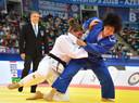 Guusje Steenhuis (l) in gevecht met de Japanse Shori Hamada.