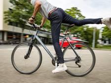 Studenten al fietsend in actie voor het klimaat