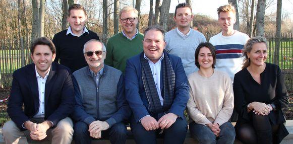 Het schepencollege van Evergem. Leen Ysebaert die als tweede van rechts mee op de foto staat, komt er wel pas in 2022 in.