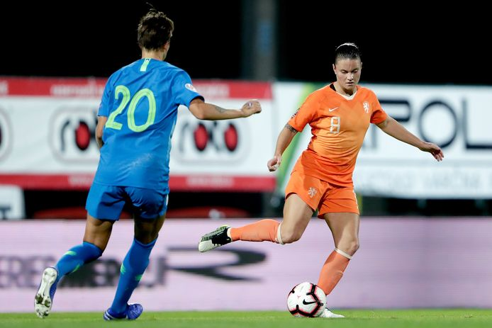 Sherida Spitse aan de bal tegen Slovenië.