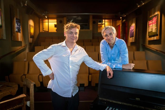 """Jasper LeClerq (links) en Hans Hermans van Jazz Sunday in Filmhuis Oosterbeek. ,,We willen topgasten die het publiek kunnen boeien."""""""