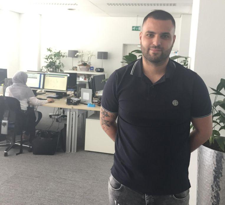 Saïd Tayebi rijdt door het land en belt aan bij wanbetalers. Beeld
