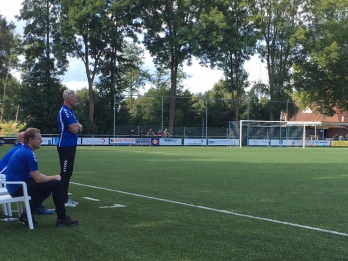 Helwich Machielsen ziet hoe Blauw Wit'66 de strijd aangaat met Be Quick Zutphen.