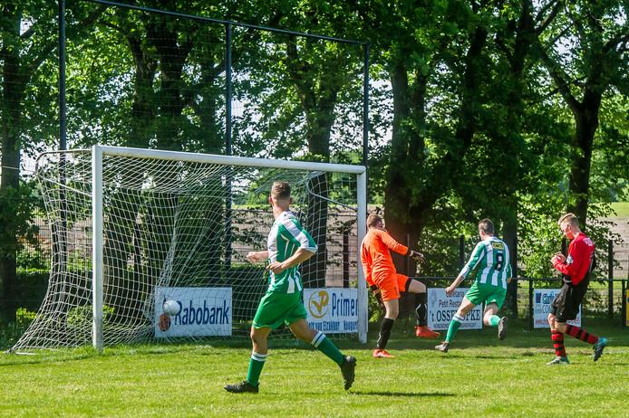 Thomas Jansen (midden) vergrootte in het Zeeuws-Vlaamse Groede de marge tot twee doelpunten. (archieffoto)