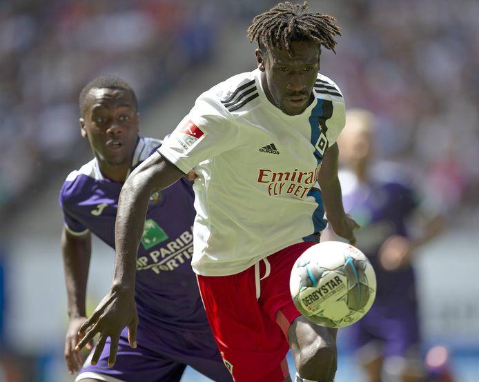 Thierry Lutonda (l) als speler van Anderlecht in actie tegen HSV. RKC Waalwijk huurt hem voor een seizoen met een optie tot koop.