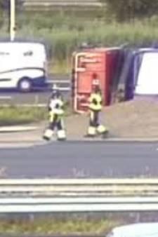 Verkeerschaos in Rotterdam: vrachtwagen met zand gekanteld en ongelukken