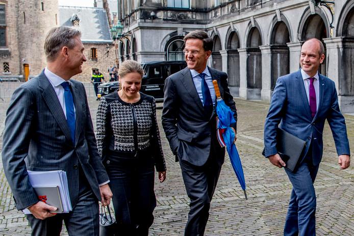 Gert-Jan Segers en Carola Schouten (ChristenUnie) kwamen maandag samen met Mark Rutte en Halbe Zijlstra (VVD) aan op het Binnenhof waar de onderhandelaars van VVD, CDA, D66 en ChristenUnie spreken met informateur Gerrit Zalm.
