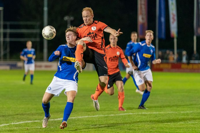Duel tussen Luuk Pelkman (RKHVV, links) en Max de Wijze (De Bataven) in september vorig jaar. RKHVV zegevierde in Gendt met 3-1.