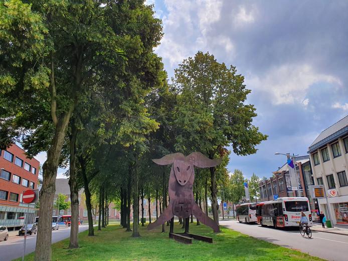 De Vlaszak in Breda. De rijbaan links wordt verbreed zodat auto's en bussen er in twee richtingen kunnen rijden. Aan de rechterkant wordt de groenstrook doorgetrokken tot aan het trottoir. Daar doorheen komt dan een apart fietspad (twee richtingen).