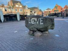 'Love & Peace' in mum van tijd weer van Oldenzaalse Marktsteen gespoten