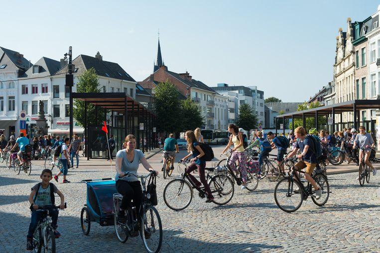 Een wirwar van fietsen steekt de Veemarkt over.