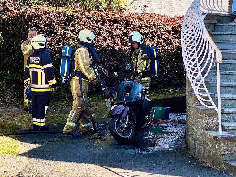 De brandweer had de situatie snel onder controle, maar de bromfiets is niet meer rijvaardig.