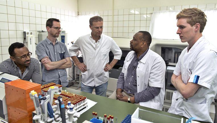Het Zika-onderzoeksteam in het Academisch Ziekenhuis Paramaribo, met entomoloog Sander Koenraadt (tweede van links), viroloog Eric van Gorp (derde van links) en John Codrington (zittend), hoofd van het laboratorium. Beeld ANP