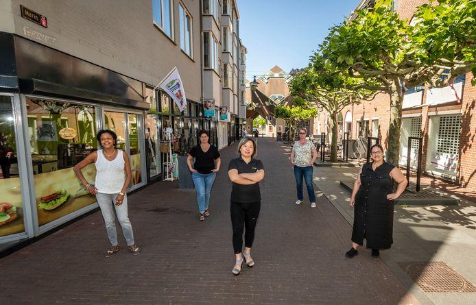 Vijf vrouwelijke ondernemers in het centrum van Helmond: v.l.n.r. Belkiz Cruz, Linda Meulendijks, Lisa Guo, Jeanette Hendriks en Antonia Botas.