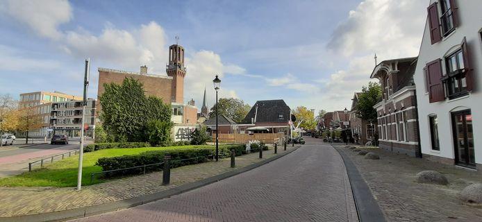 Entree van de binnenstad via de Pastoriestraat, met links de locatie waar naast café The Three Musketeers de voormalige stadsboerderij moet worden herbouwd.