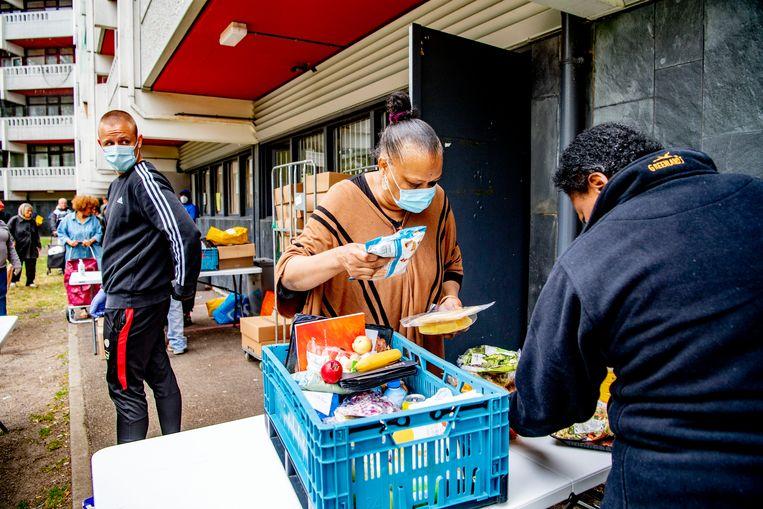 Vrijwilligers van de voedselbank Hoop voor Morgen ontvangen voedselpakketten van het Rode Kruis.  Beeld Hollandse Hoogte / Robin Utrecht