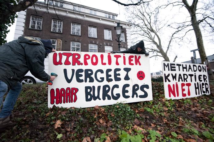 Buurtbewoners protesteerden met spandoeken tegen de komst van de methadonverstrekking.