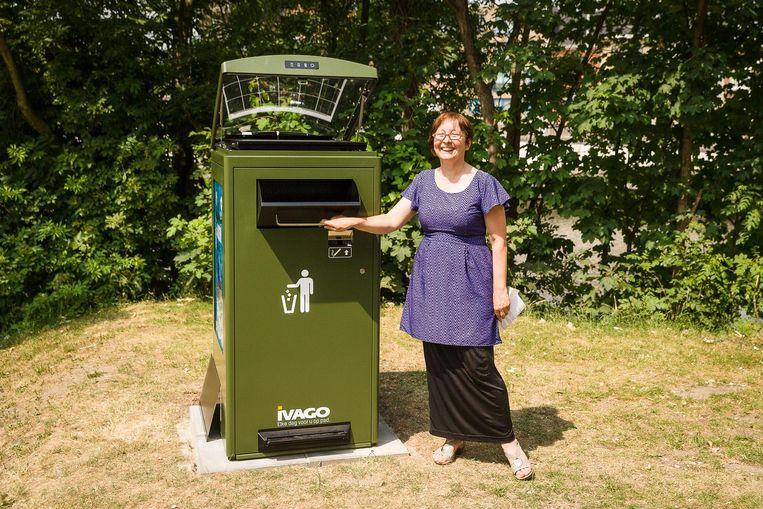 Schepen Tine Heyse bij de slimme vuilnisbak in het Keizerspark.
