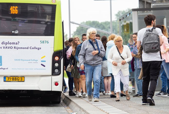 Busstation Heinenoord is een van de drukste overstappunten in de Hoeksche Waard.
