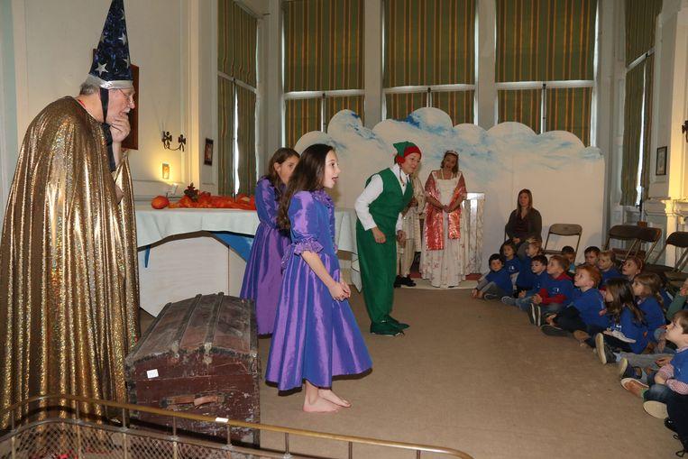 Elfjes, tovenaars en andere magische wezens beelden een kerstverhaal uit.