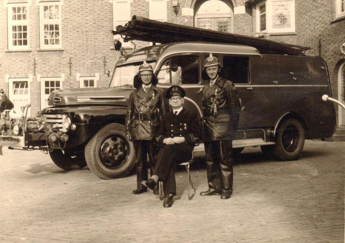 De nieuwe brandspuit wordt in 1950 overgedragen. Commandant Frans Hoefs poseert samen met Sjef Verbueken en Thé Wolters.   Foto stichting Het Uden-archief van Bressers