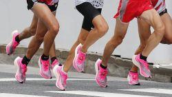 Hip, die loopschoenen met ultradikke zool. Maar zijn ze goed voor onze voeten? We vroegen het aan een expert