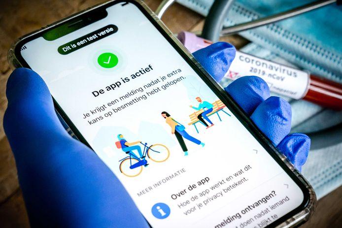 Een mobiele telefoon met de officiële corona-app van de Nederlandse overheid. De app CoronaMelder moet per 1 september worden gelanceerd.