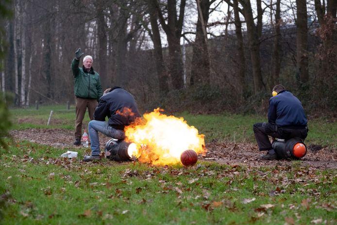 Knallend het jaar uit? Dan kan door het vuurwerkverbod dit jaar waarschijnlijk alleen met de melkbus en carbid.