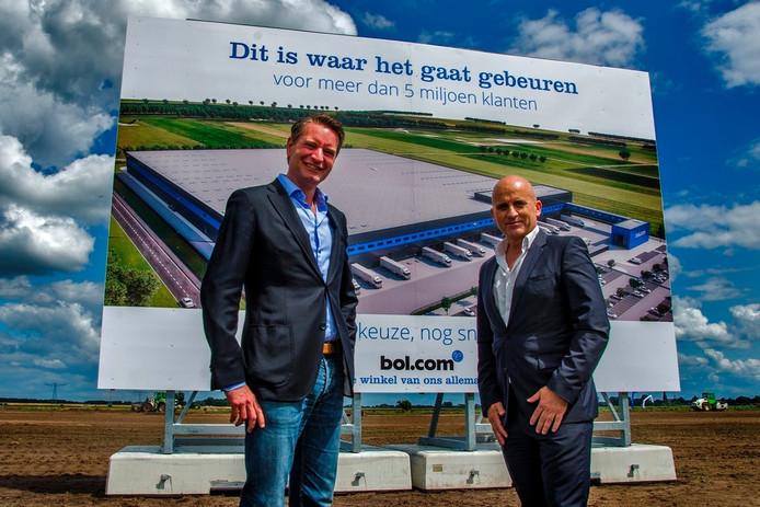 Directeur Daniel Ropers van Bol.com (links) en wethouder Ronald Bakker (rechts). Bol.com bouwt een distributiecentrum in Waalwijk.