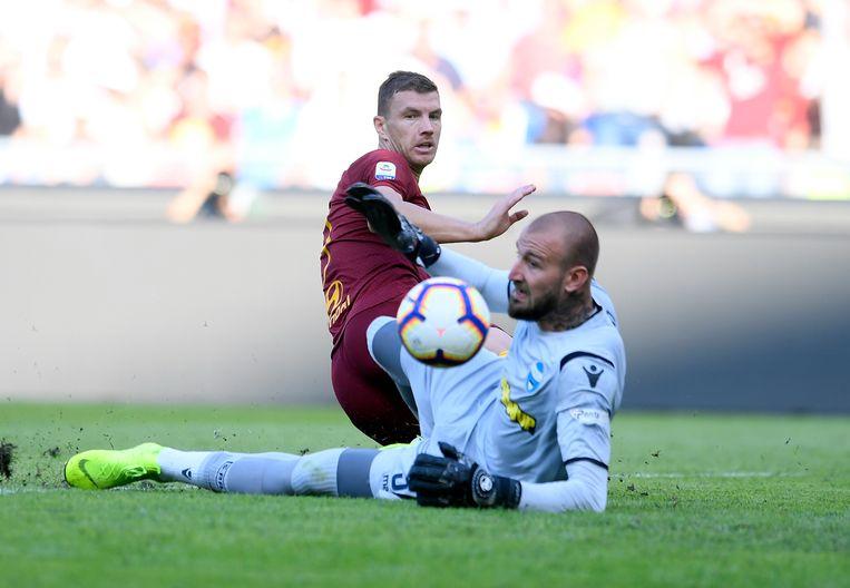 Vanja Milinkovic Savic probeert als doelman van SPAL Roma-spits Dzeko te stoppen.