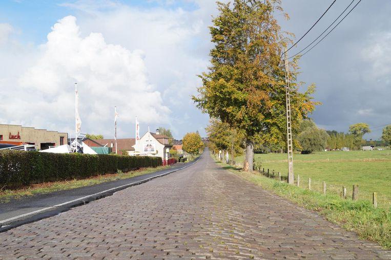 De Neringenstraat tussen Kanegem en Aarsele is een beschermd monument. Voor de restauratie en de heraanleg van de kasseiweg kon de stad op 600.000 euro subsidies rekenen, maar die dreigen nu verloren te gaan.