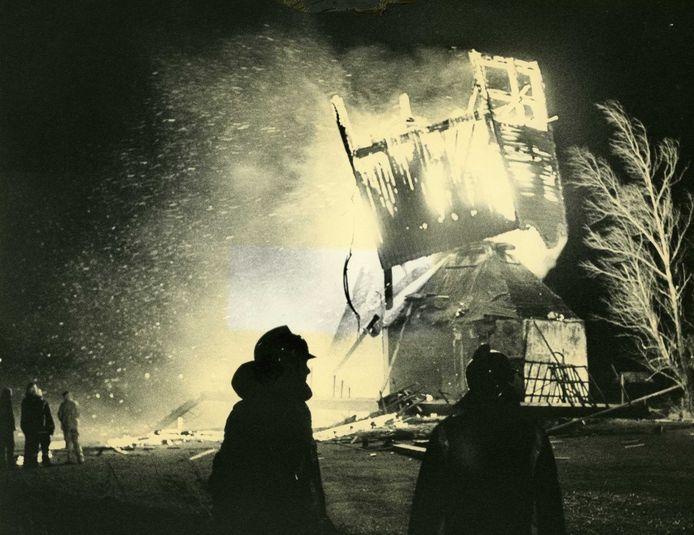 De molens in Volkel werden dikwijls door brand getroffen. Dit is de brand uit 1983 waarbij de op hol geslagen 'Neije Kreijter' volledig verwoest werd.