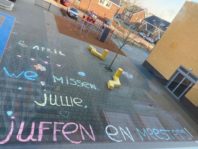 Scholen plakken posters op de ramen om hun leerlingen te laten weten dat ze hen missen. Het gemis blijkt wederzijds. Veel leraren proberen hun leerlingen op 1 april even te laten lachen.