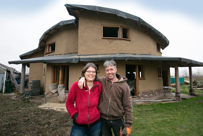 Peter en Marleen Simons bij hun ecohuis.