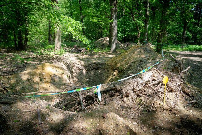 Op zeker dertig plekken in het bosperceel in Oosterbeek is sloopmateriaal gevonden, aldus de gemeente Renkum.
