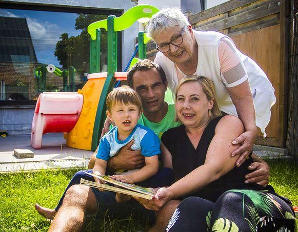 Papa Michel (42) gaf zijn job als beenhouwer op om voor Luca (3) te zorgen, mama Christelle (33) werkt van thuis, oma Martine (63) springt zoveel mogelijk bij.