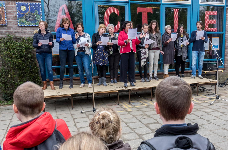Stakende, en zingende, leerkrachten afgelopen april op basisschool Elckerlyc in Gennep. Een ludieke actie van het personeel voor betere arbeidsvoorwaarden in het basisonderwijs.