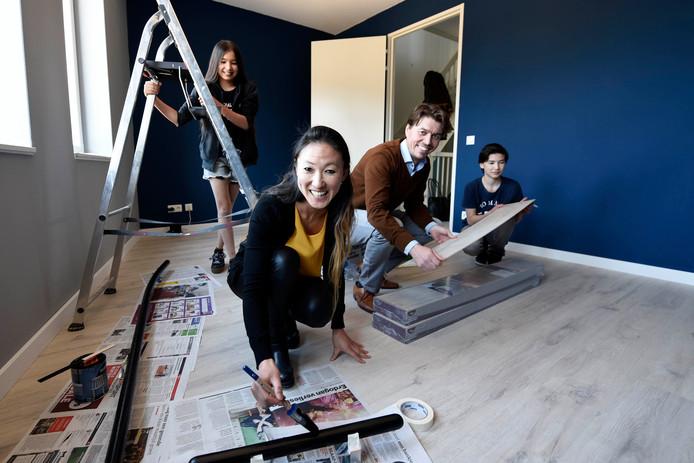 De familie Nap - moeder Sanne, vader Sietse, zoon Rens en dochter Romee - is aan het klussen in hun nieuwe woning.