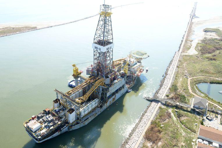 Een gestrand boorschip in de haven van Corpus Christi. Beeld ZUMAPRESS.com