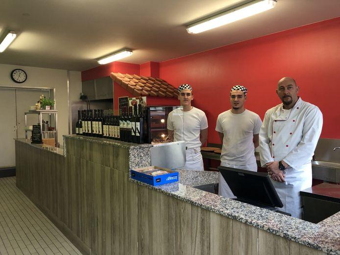 """Flamur Firza (rechts) met zijn twee zonen in de pas geopende pizzeria Al Ponto. """"De brug kon op geen slechter moment kapot zijn."""""""