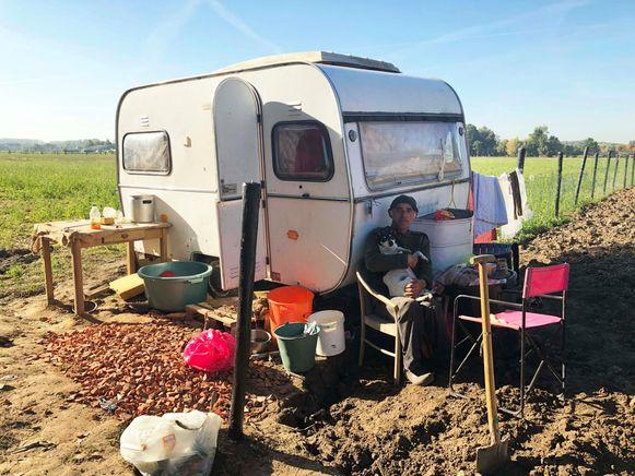 Berre en zijn hond Pik zitten al zeker sinds de zomer in hun caravan (toen nog wit).